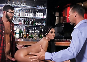 Cheating girlfriend Aaliyah Hadid receives caught fucked wits the bartender